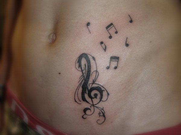 Tatouage ventre femme : 50+ idées de tatouages et leurs significations 43