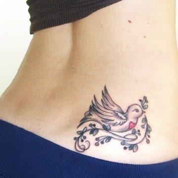 Tatouage bas du dos femme : 30+ idées de tatouages et leurs significations 12