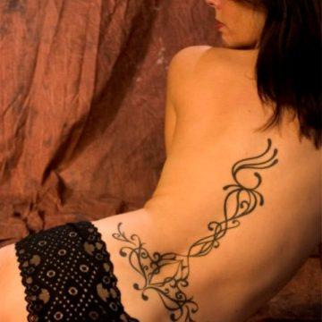 Tatouage bas du dos femme : 30+ idées de tatouages et leurs significations 22