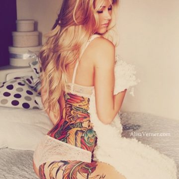 Tatouage bas du dos femme : 30+ idées de tatouages et leurs significations 25