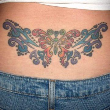 Tatouage bas du dos femme : 30+ idées de tatouages et leurs significations 33