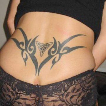 Tatouage bas du dos femme : 30+ idées de tatouages et leurs significations 38