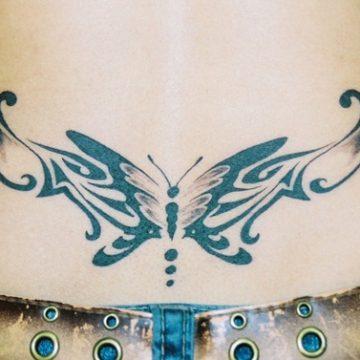 Tatouage bas du dos femme : 30+ idées de tatouages et leurs significations 56