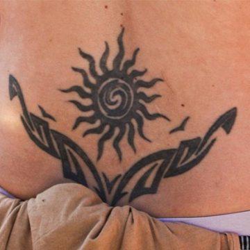 Tatouage bas du dos femme : 30+ idées de tatouages et leurs significations 67