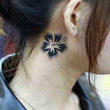 Tatouage nuque femme : 30+ idées de tatouages et leurs significations 16