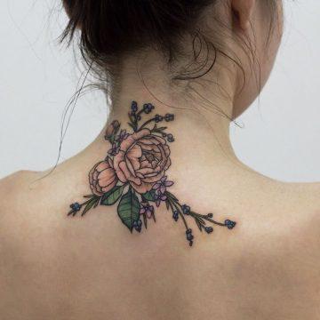 Tatouage nuque femme : 30+ idées de tatouages et leurs significations 22