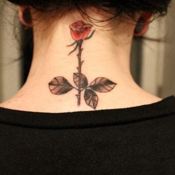 Tatouage nuque femme : 30+ idées de tatouages et leurs significations 23