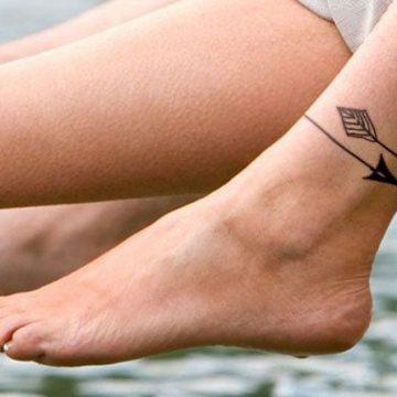 Tatouage sur la cheville d'une jeune femme
