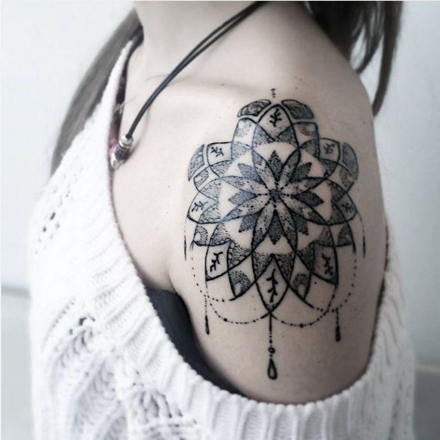 Tatouage épaule femme : 25+ idées de tatouages et leurs significations 68