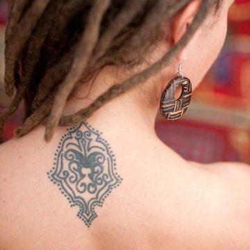 Tatouage nuque femme : 30+ idées de tatouages et leurs significations 24