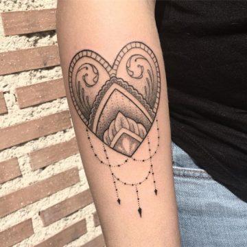 Tatouage bras femme : 50+ idées de tatouages et leur signification 211