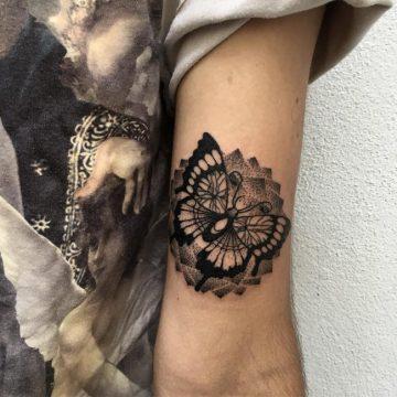 Tatouage bras femme : 50+ idées de tatouages et leur signification 193