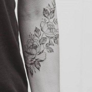Tatouage bras femme : 50+ idées de tatouages et leur signification 297