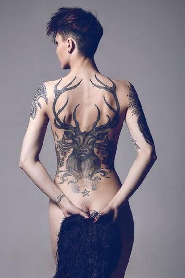 Tatouage dos femme : 50+ idées de tatouages et leurs significations 24