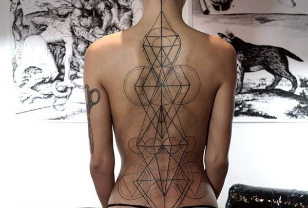 Tatouage dos femme : 50+ idées de tatouages et leurs significations 48