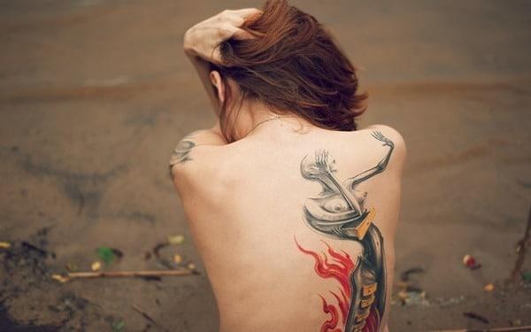 Photo d'une dos tatoué d'une femme