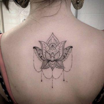 Tatouage dos femme : 50+ idées de tatouages et leurs significations 105