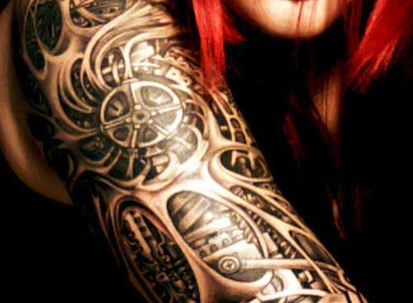 Example de tatouage biomécanique sur le bras d'une femme