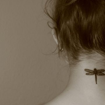 Tatouage nuque femme : 30+ idées de tatouages et leurs significations 2