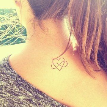 Tatouage nuque femme : 30+ idées de tatouages et leurs significations 9