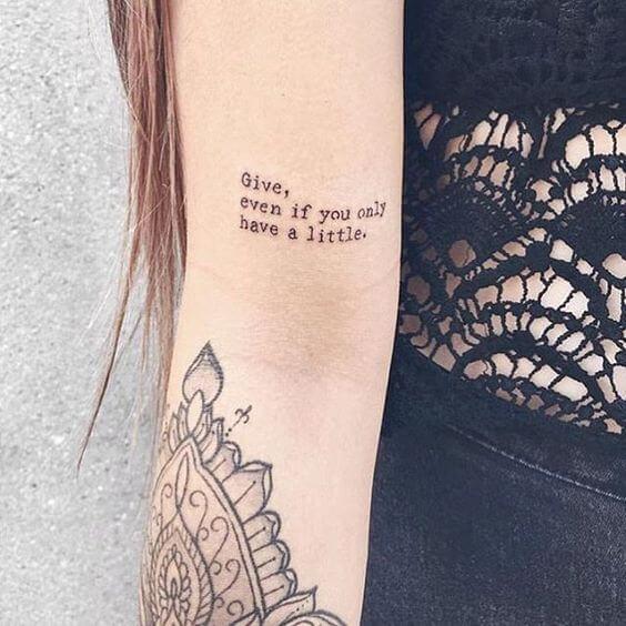 Tatouage Phrase femme : 35+ idées de tatouages et sa signification 11
