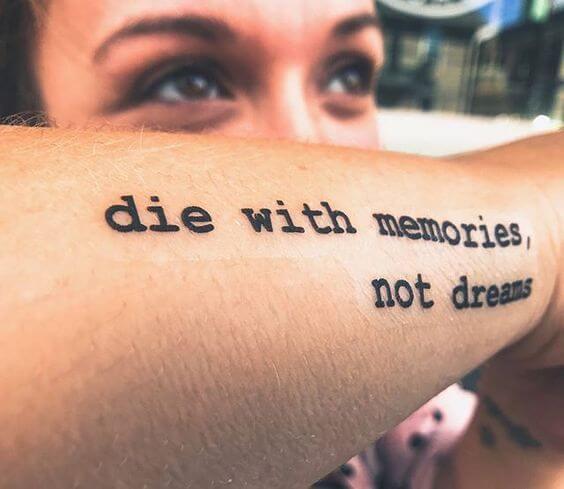 Tatouage Phrase femme : 35+ idées de tatouages et sa signification 30