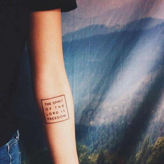 Tatouage Phrase femme : 35+ idées de tatouages et sa signification 45