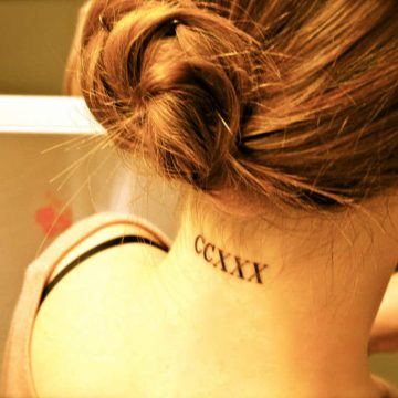 Tatouage nuque femme : 30+ idées de tatouages et leurs significations 17