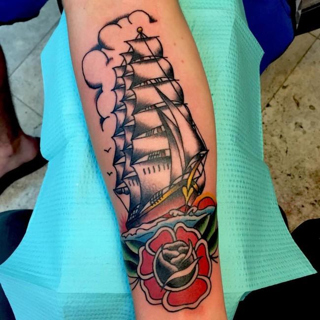 Tatouage Old School femme : 25+ idées de tatouages et sa signification 18
