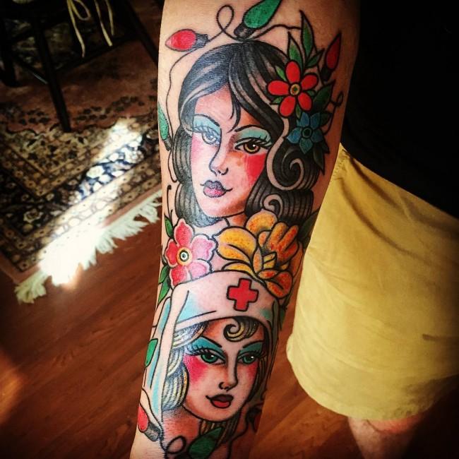 Tatouage Old School femme : 25+ idées de tatouages et sa signification 23