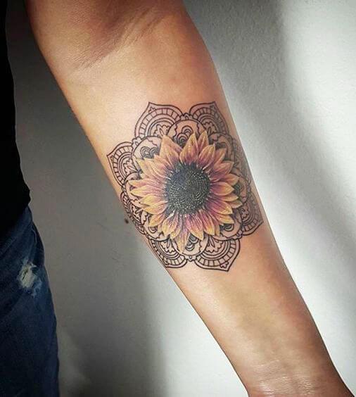 50 idées de tatouages de tournesol pour femme 11