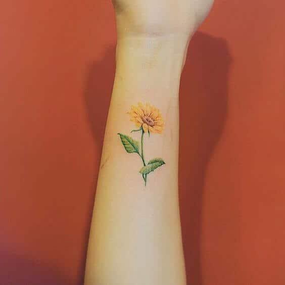 50 idées de tatouages de tournesol pour femme 17