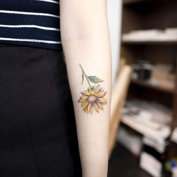 50 idées de tatouages de tournesol pour femme 24