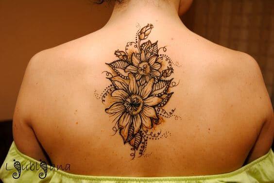 50 idées de tatouages de tournesol pour femme 30