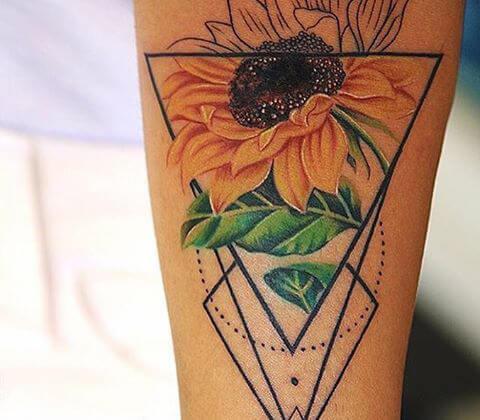 50 idées de tatouages de tournesol pour femme 39