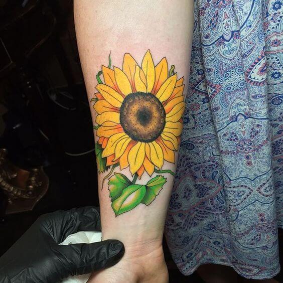 50 idées de tatouages de tournesol pour femme 42