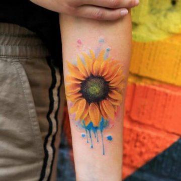 Exemple de tatouage tournesol sur une femme