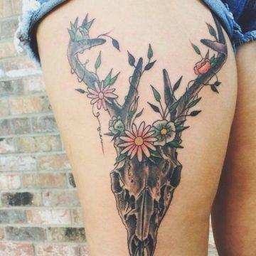 Tatouage cuisse femme : 30+ idées de tatouages et leurs significations 213