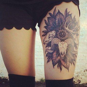 Tatouage cuisse femme : 30+ idées de tatouages et leurs significations 339