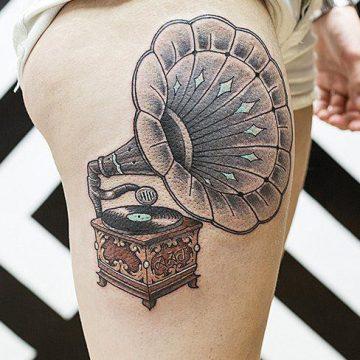 Tatouage cuisse femme : 30+ idées de tatouages et leurs significations 358