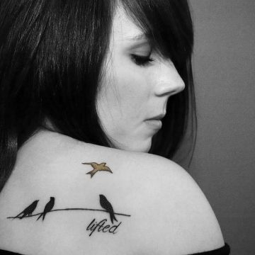 Tatouage épaule femme : 25+ idées de tatouages et leurs significations 88