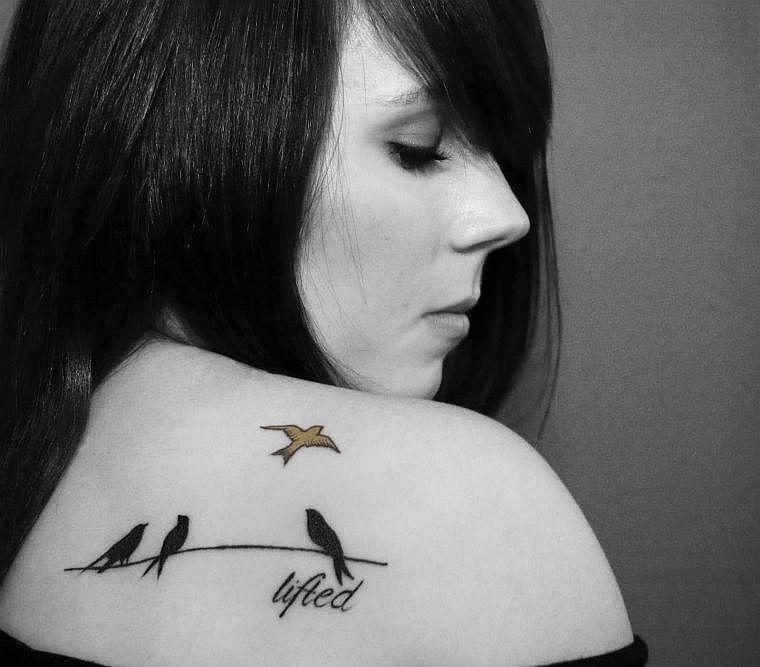 Tatouage épaule femme : 25+ idées de tatouages et leurs significations 17