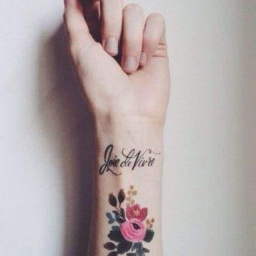 Photo d'un tatouage sur le poignet d'une femme