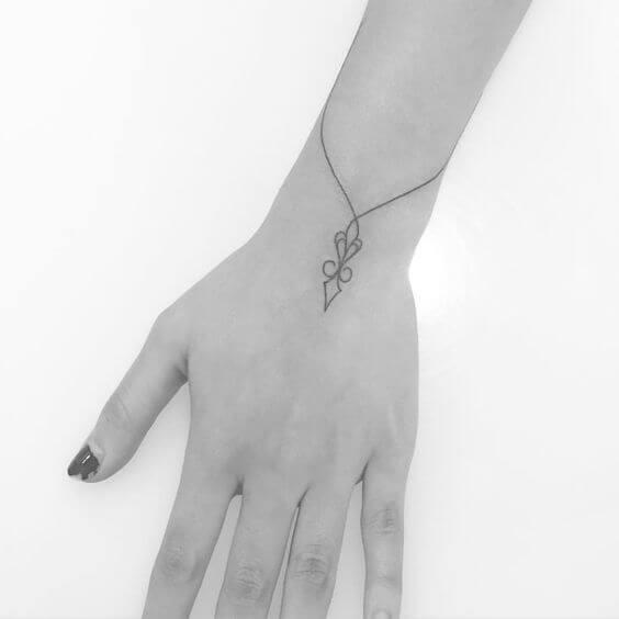 Tatouage poignet femme : 25+ idées de tatouages et leurs significations 7