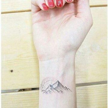 Tatouage poignet femme : 25+ idées de tatouages et leurs significations 59