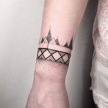 Tatouage poignet femme : 25+ idées de tatouages et leurs significations 60