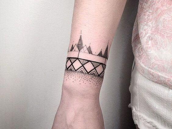 Tatouage poignet femme : 25+ idées de tatouages et leurs significations 9