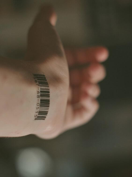 Tatouage poignet femme : 25+ idées de tatouages et leurs significations 11