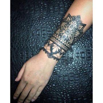 Tatouage poignet femme : 25+ idées de tatouages et leurs significations 67