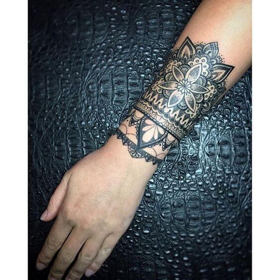 Tatouage poignet femme : 25+ idées de tatouages et leurs significations 16